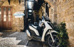 RHODES, GREECE - AUGUST 2017: Motorbike scooters are parked near the wall at narrow street of Rhodes town on Rhodes island, Greece Stockfoto-ID: 206677939 Copyright: Vladimirs.Gorelovs